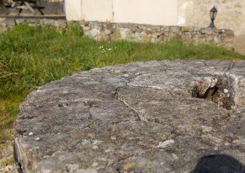 Ancienne meule de pierre du Moulin de Sarré